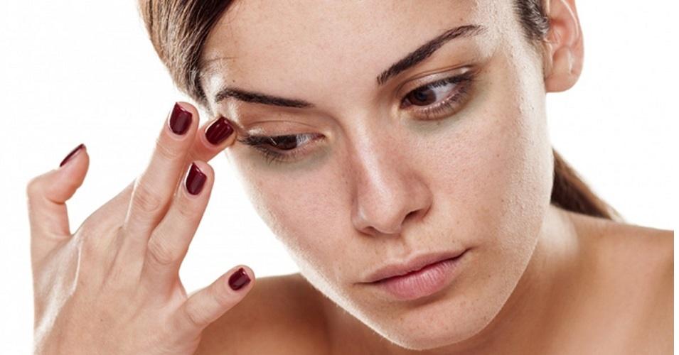 mulher com olhos roxos