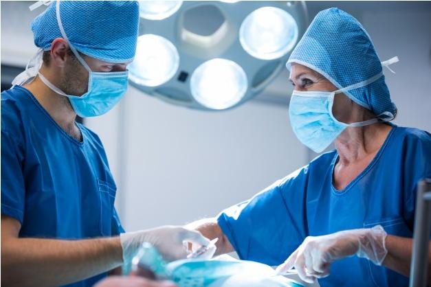 igem de dois cirurgiões realizando procedimento de capsulotomia posterior