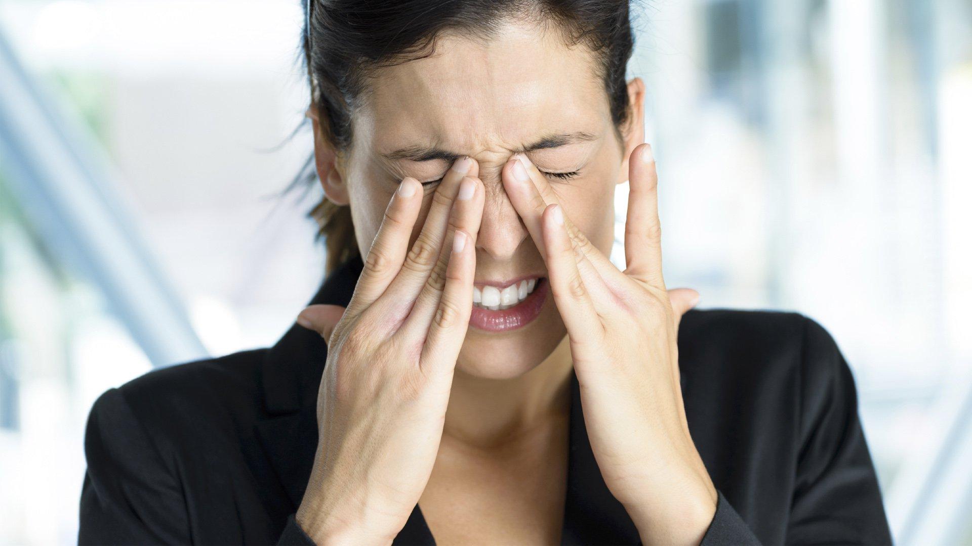 Mulher com sintomas de ceratocone