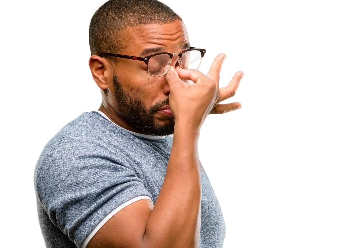 Homem identificando como usar óculos com o grau errado pode fazer mal