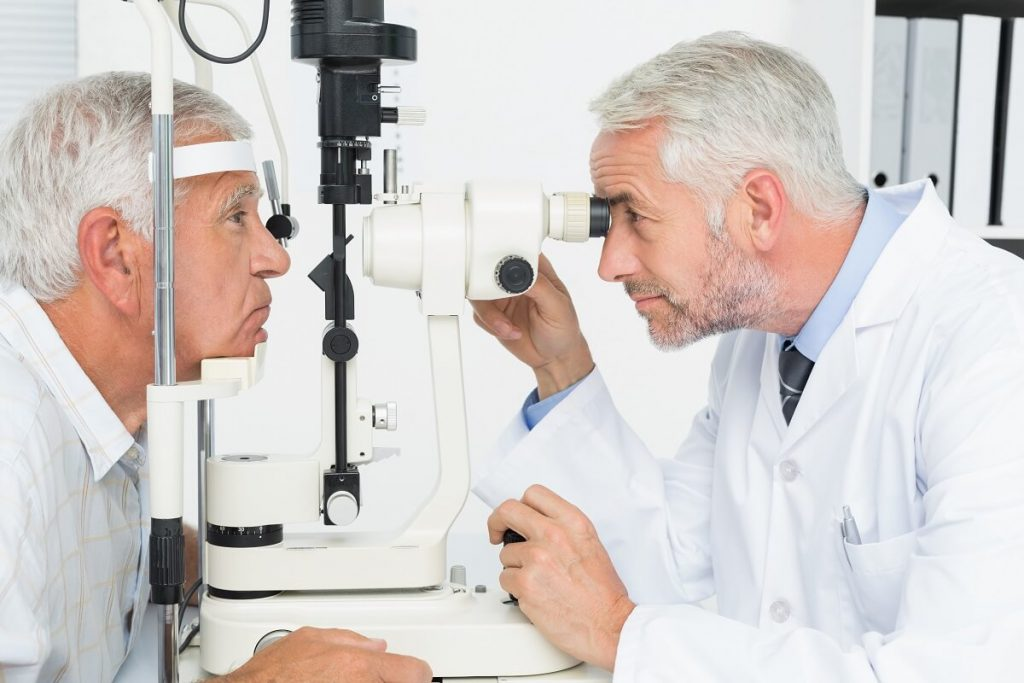 Oftalmologista realizando exame médico para identificar possíveis tipos de catarata