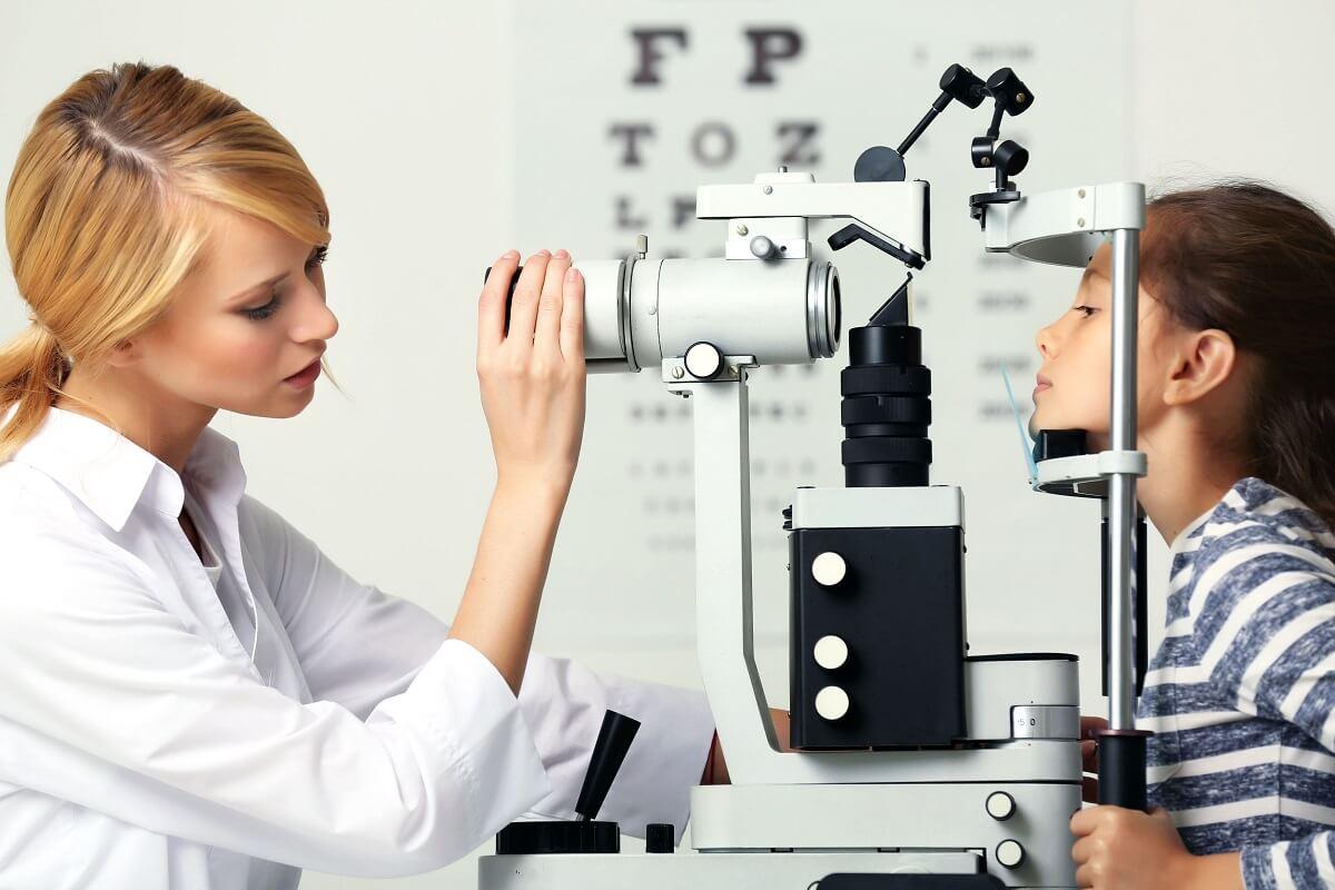 Oftalmologista realizando um dos tipos de exame de vista
