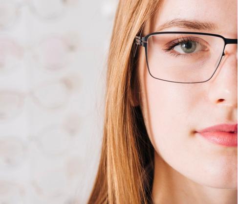 imagem de uma mulher loira de olhos azuis usando um óculos e mostrando apenas metade do rosto