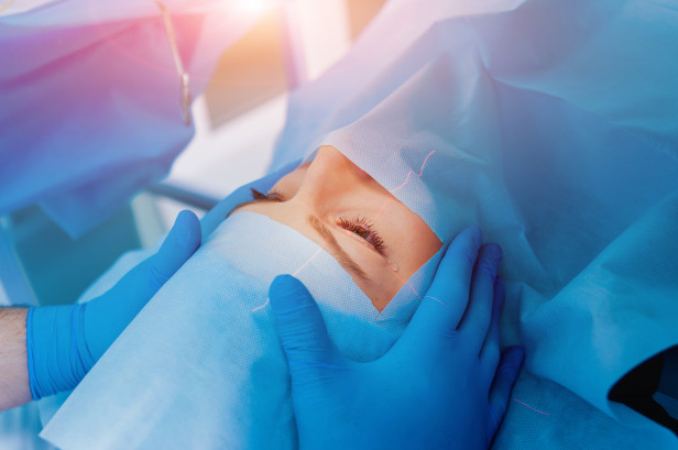 paciente sendo preparada para realizar cirurgia de catarata