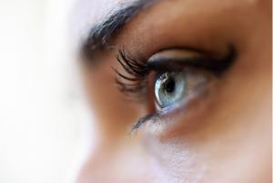 imagem ampliada dos olhos azuis de uma mulher