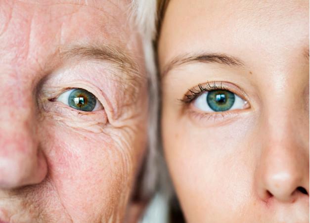 imagem de duas mulheres, um jovem e outra idosa, encostando os seus rostos