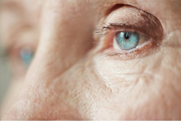 imagem ampliada dos olhos azuis de uma idosa