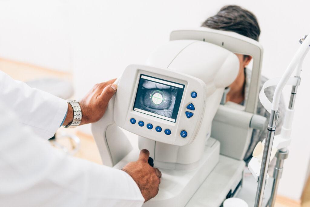 Médico oftalmologista examinando paciente em equipamento de ultima geração no rio de janeiro
