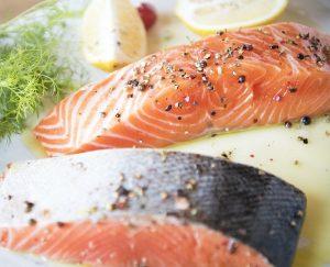 Fatia de salmão cru, um alimento rico em Ômega 3