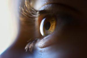 imagem aproximada do olho de uma mulher
