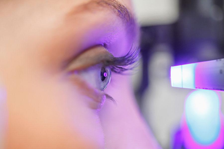 Paciente passando pelo procedimento de Capsulotomia Yag Laser