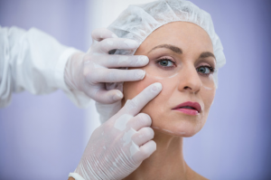 plástica ocular- médico examinando rosto de mulher