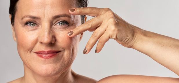 plástica ocular- mulher com mão perto do olho