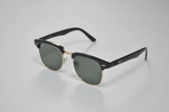 óculos de sol sobre uma superfície cinza