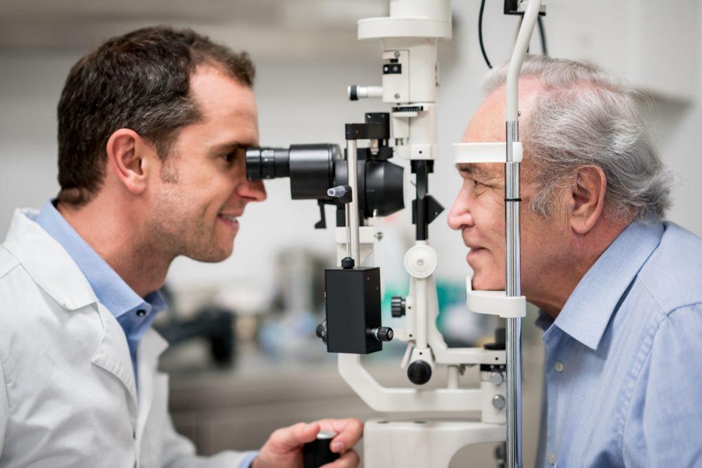 Médico Oftalmologista examinando paciente no Rio de Janeiro