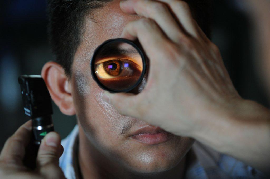 paciente realizando exame de vista - capa do conteúdo de retinopexia pneumática