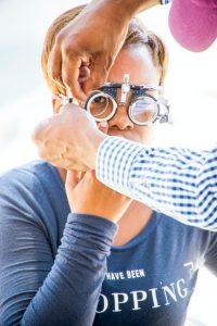Pessoa realizando exame oftalmológico em equipamento